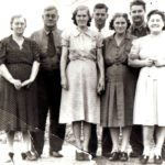 Hise (druhý zprava) v kruhu rodiny
