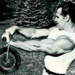 John Grimek cvičí navíjení s kotoučem.